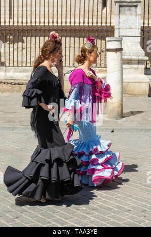 Due donne in flamenco tradizionale abito in una strada a Siviglia, regione Andalusia, Spagna Foto Stock