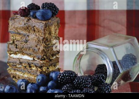 Torta al cioccolato con frutti di bosco Foto Stock