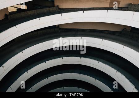 Parcheggio garage a spirale di rampa nel centro cittadino di San Diego, California Foto Stock