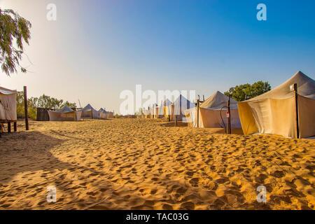 Tende bianche nel campo del deserto Lompoul, Senegal Africa. C'è un bellissimo cielo blu. Foto Stock