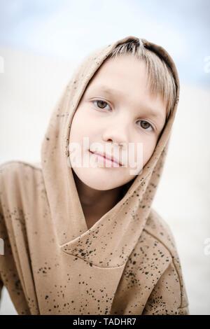 Ritratto di fiducia ragazzo indossa felpa con cappuccio Foto Stock
