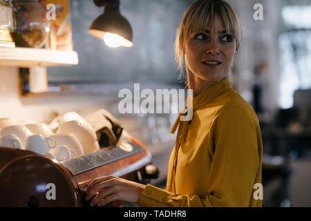 Donna che lavorano nella caffetteria, ritratto Foto Stock