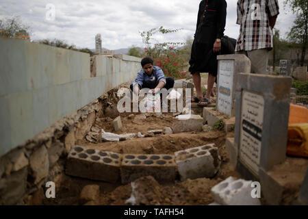 Sanaa, Yemen. 24 Maggio, 2019. Popolo yemenita seppellire i corpi delle vittime che sono state uccise in un attacco aereo assertivamente effettuate dalla Saudi-led coalizione. Credito: Hani Al-Ansi/dpa/Alamy Live News