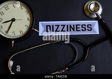 Vertigini sulla carta con il concetto di assistenza sanitaria ispirazione. sveglia, nero stetoscopio. Foto Stock