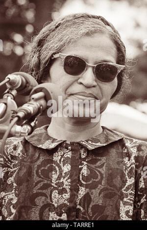 Rosa Parks, noto per la sua presa di posizione contro il bus razziale la segregazione in Montgomery, Alabama, parlando vicino al Monumento di Washington alla povera gente di marzo su Washington a Washington D.C. il 19 giugno 1968. Foto Stock