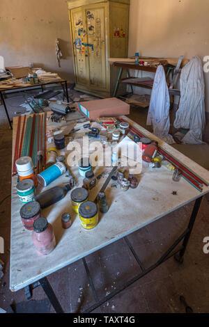 Stanza dell'artista in casa abbandonata, Abruzzo Foto Stock