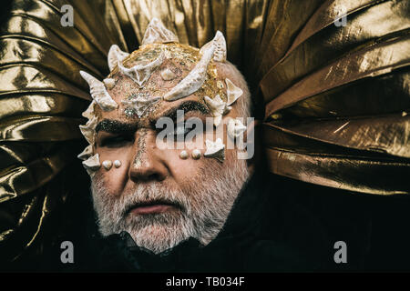 Cyclope incantato con le spine e le verruche sul viso. Stregone cieco su oro metallizzato sfondo. Mitica creatura, male onnipotente divinità, soprannaturale. Foto Stock