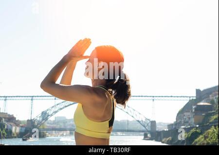 Donna meditando nel sole, terzo occhio Yoga posa, uno stile di vita sano