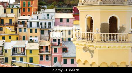 Il campanile di Santa Margherita di Antiochia Chiesa Vernazza in uno dei cinque secoli-vecchi borghi delle Cinque Terre e la Riviera Italiana, Liguria, Foto Stock