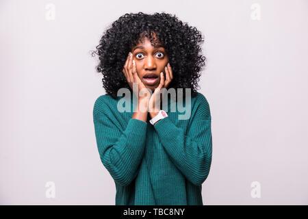 Ritratto di paura giovane donna africana femmina con curly hairstyle scioccato isolati su sfondo bianco Foto Stock