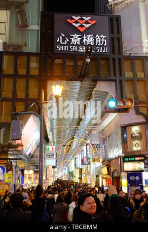 A piedi Shinsaibashi Street nella città di Osaka Foto Stock