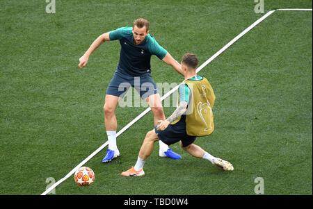 Tottenham Hotspur Harry Kane (sinistra) e Kieron Trippier battaglia per la sfera durante una sessione di formazione al Estadio Metropolitano, Madrid. Foto Stock