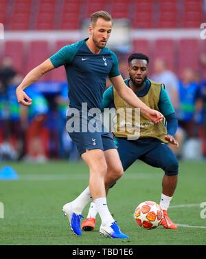 Tottenham Hotspur Harry Kane (sinistra) e Tottenham Hotspur's Danny Rose durante una sessione di formazione al Estadio Metropolitano, Madrid. Foto Stock