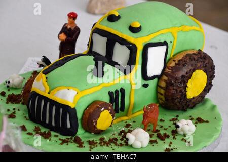 Un trattore torta presso il Bledlow Paese mostrano il 1 giugno 2019. Buckinghamshire, Inghilterra, Regno Unito Foto Stock