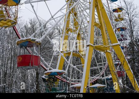 Vista della ruota panoramica Ferris coperto di neve e freddo giorno d'inverno. Foto Stock