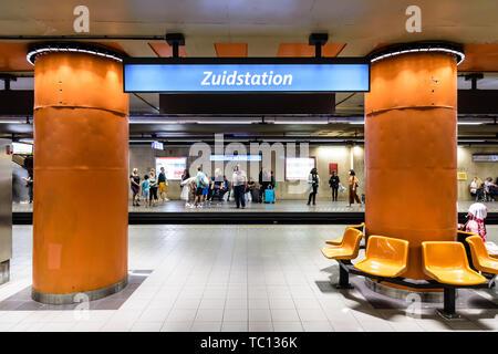 I passeggeri in attesa di un treno sulla piattaforma della stazione Gare du Midi/Zuidstation stazione della metropolitana, che si trova sotto il Brussels-South stazione ferroviaria in Belgio Foto Stock