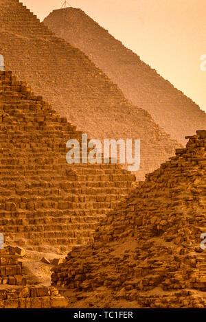 Foto: © Simon Grosset. La Piramide di Giza complesso, o la Necropoli di Giza, vicino a Il Cairo, Egitto. Archivio: immagine digitalizzati da un originale di trasparenza. Foto Stock