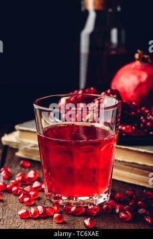 Bicchiere di melograno cocktail di frutta fresca Foto Stock