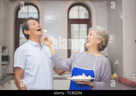 Coppia di anziani in cucina Foto Stock