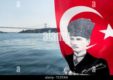 Vista del Bosforo ,Costa e baia mare dal traghetto con bandiera turca sull'immagine di Ataturk(Padre dei turchi)sventolare nel vento, Beykoz in Foto Stock
