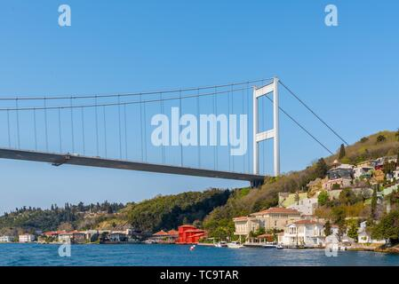 Vista del Bosforo ,Costa e baia mare dal traghetto Beykoz ad Istanbul in Turchia. Foto Stock