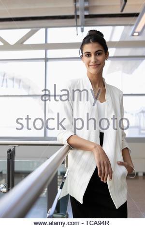 Ritratto fiducioso giovane imprenditrice Foto Stock