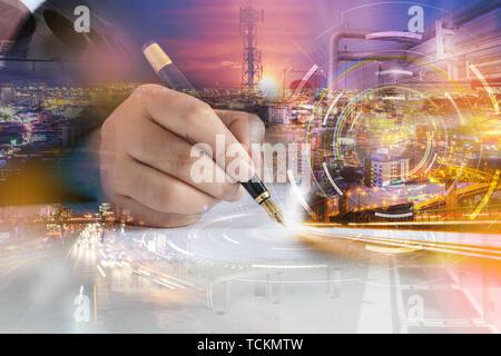 Immagine ravvicinata di mano business donna utilizzando la penna per scrivere sul libro bianco con multi esposizione selezionare focus leggera profondità di campo Foto Stock