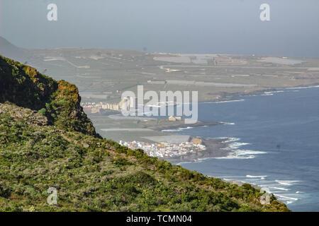 Vista di Isla Baja (Bassa Isola) dalle montagne circostanti. A nord-ovest della costa di Tenerife, Isole Canarie Foto Stock