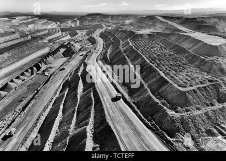 Aprire il taglio della miniera di carbone nella Hunter Valley regione fornendo Liddell e Baywaters centrali di carbone di scavo da enormi camion dal botton via serpentin Foto Stock