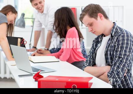 Un programmatore di uomo si è addormentato alla riunione Foto Stock