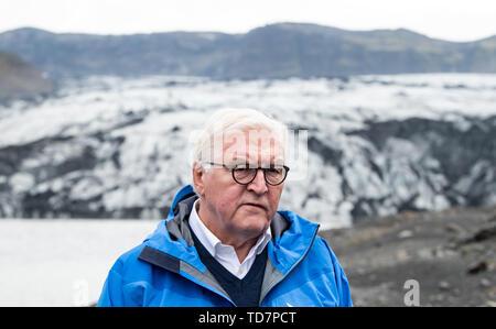 Reykjavik, Islanda. Xiii Giugno, 2019. Il Presidente federale Frank-Walter Steinmeier dà un intervista televisiva mentre visitano il ghiacciaio Sólheimajökull. Presidente Steinmeier e sua moglie sono su una due giorni di visita di stato in Islanda. Credito: Bernd von Jutrczenka/dpa/Alamy Live News Foto Stock