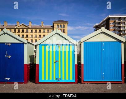 Paesaggio con fila di pittoresca spiaggia di capanne di Hove, Brighton, Regno Unito. Cielo blu e nuvole. Foto Stock