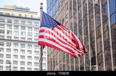 USA il simbolo nel New York strade. Bandiera americana nel centro cittadino di Manhattan, business alti edifici sullo sfondo Foto Stock
