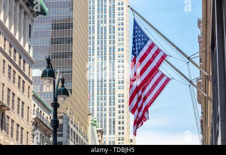 USA il simbolo nel New York strade. Bandierine americane su un edificio classico, nel centro cittadino di Manhattan, business area Foto Stock