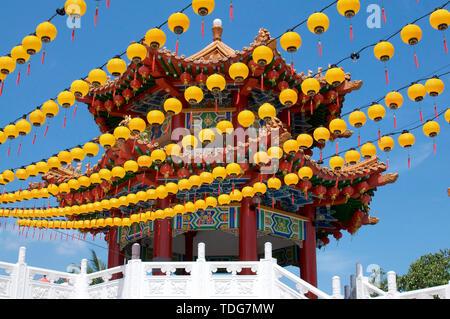 Kuala Lumpur, Malesia - 10 Maggio 2019 : basso angolo di visione della lanterna gialla decorazione e la bellissima Pagoda di Thean Hou tempio di Kuala Lum