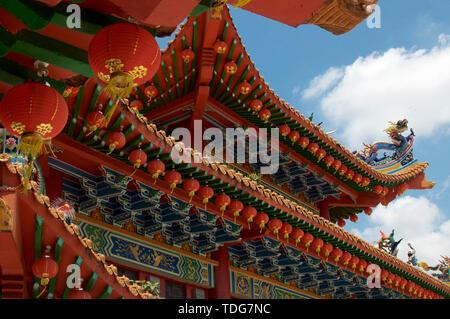 Splendido angolo basso vista della maestosa Thean Hou tempio decorazione sul tetto situato a Kuala Lumpur in Malesia