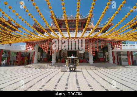 Kuala Lumpur, Malesia - 10 Maggio 2019 : vista anteriore della bella Thean Hou Tempio decorata con molti di rosso e di giallo lanterne, situato a Kuala Lu