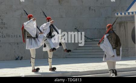 Atene, Grecia- SETTEMBRE, 4, 2016: tre guardie presidenziali marching presso il parlamento greco ad Atene, Grecia Foto Stock