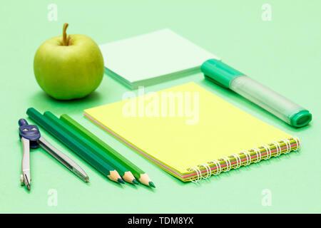 Bussola Matite Colorate Notebook Apple Nota Carta E Cucitrice Su