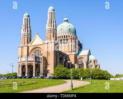Tre quarti di vista frontale della Basilica nazionale del Sacro Cuore, situato nell'Elisabeth Park in Koekelberg, Regione di Bruxelles-Capitale, Belgio. Foto Stock