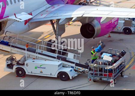Lo scaricamento dei bagagli sull'aeroporto di Dortmund 21, in Germania, in Renania settentrionale-Vestfalia, la zona della Ruhr, Dortmund Foto Stock