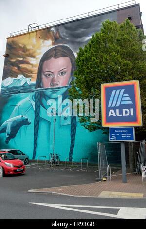 Murale del cambiamento climatico attivista Greta Thunberg in bedminster Bristol dipinto di oltre 8 giorni da Jody Thomas. Il murale è 15m alto, uno dei più grandi in Bristol. Foto Stock