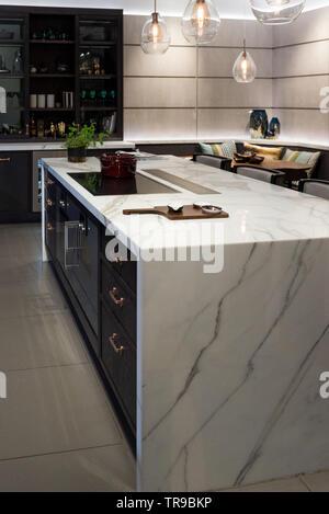 Piano in marmo Isola per cucina con tazze di ceramica sulla ...