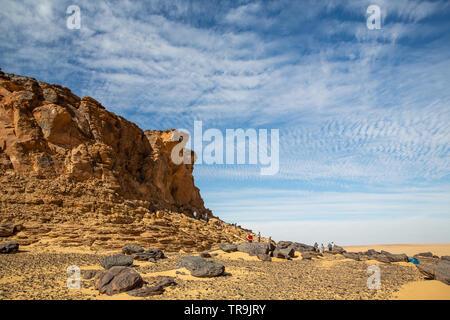 Jebel picco, uno sbriciolamento di montagna in pietra arenaria, un isolato circondato dal piatto deserto occidentale del Sudan con cielo blu e bianco delle formazioni di nubi, Foto Stock