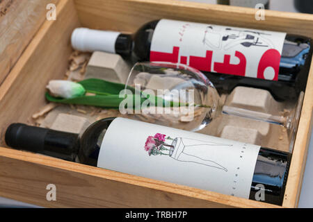Kiev, Ucraina - 21 Aprile 2019: Design ucraino di bottiglie di vino presso lo stand durante il cibo ed il vino in festa Expocenter nazionale, una permanente multi-scopo