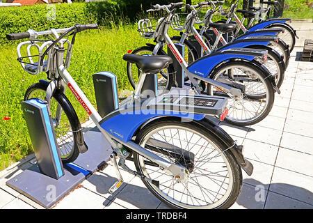 A Garching, Germania - 2 giugno 2019 eletric bike pronto a noleggiare schierate sul marciapiede di una strada urbana