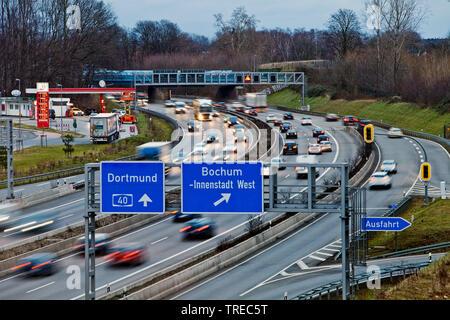 Molto traffico in autostrada A40, in Germania, in Renania settentrionale-Vestfalia, la zona della Ruhr, Bochum Foto Stock