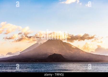 Vista al tramonto sul lago Atitlan & Toliman e Atitlan vulcani dell altipiano guatemalteco, America Centrale