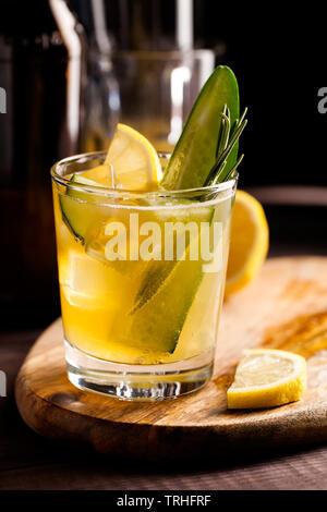 Organici freschi cocktail estivo realizzati con sour lo zenzero la birra artigianale o al tè al Kombucha con il cetriolo e limone su sfondo di legno.Drink sul tavolo bar