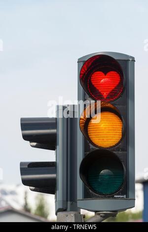 Akureyri, Islanda del Nord. I semafori sono stati convertiti per mostrare il cuore rosso dopo il 2008 crollo finanziario, per incoraggiare il pensiero positivo